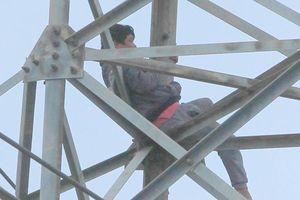 Kẻ nghi ngáo đá bị khống chế sau 36 giờ cố thủ trên cột điện cao thế