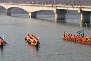 Ngàn người đội nắng xem đua thuyền trên sông Đà