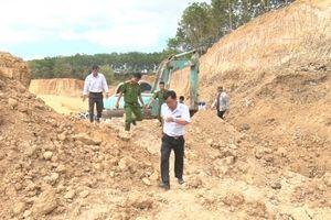 Kiểm tra hoạt động khai thác đất trái phép tại địa bàn thôn Thanh Trung