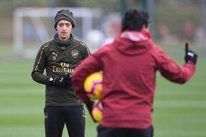 Bị đuổi, Ozil vẫn quyết bám trụ tại Arsenal