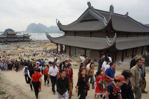 Hàng vạn người chen chân lên chùa Tam Chúc lớn nhất thế giới ở Hà Nam trong ngày khai hội