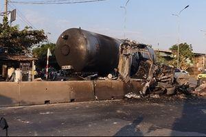 Nổ lốp, xe bốn chở gas bốc cháy dữ dội