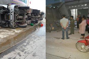 Vào cua gấp, xe container lật nghiêng đổ vào nhà dân ở Điện Biên