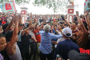 Không tổ chức đánh phết Hiền Quan, hàng trăm thanh niên gây rối trước cổng đền