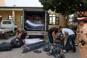 Kiểm tra xe tải trên Đại lộ Thăng Long, CSGT phát hiện gần 2 tấn vải nghi nhập lậu
