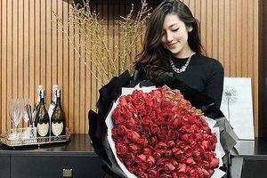 Á hậu Tú Anh khoe bó hồng to đẹp ông xã tặng Valentine