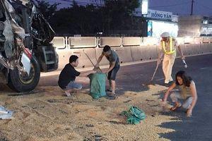 CSGT Quảng trị giúp tài xế xe tải thu gom ngô vương vãi sau tai nạn