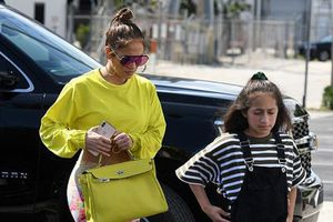 Jennifer Lopez khoe eo thon đưa con gái đi mua sắm