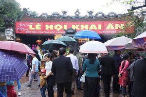 Hàng nghìn người đội mưa dâng hương tại đền Trần trước ngày khai ấn