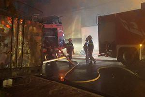 TP.HCM: Một khu xưởng rộng hàng nghìn m2 bị cháy giữa đêm