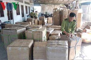 Công an Vĩnh Long bắt 2 xe tải chở hàng hóa không rõ nguồn gốc