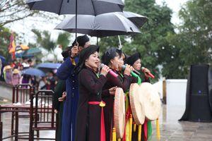 Hàng nghìn du khách đội mưa nô nức trẩy hội Lim nghe hát quan họ