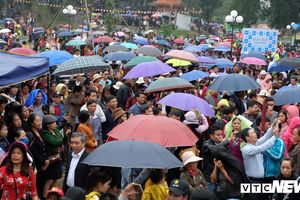 Hàng vạn du khách đổ về Bắc Ninh dự Hội Lim, đội mưa nghe dân ca quan họ