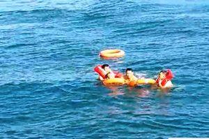 Cứu kịp thời một Việt kiều nhảy trên tàu cao tốc xuống biển