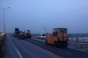 Tiếp tục sửa chữa vệt hằn lún trên mặt cầu Thanh Trì