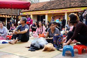 Xếp hàng trước 5 tiếng ở sân chùa Phúc Khánh chờ cúng Rằm tháng Giêng