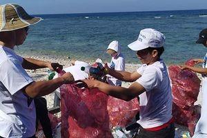 Lặn biển vớt rác bảo vệ môi trường biển đảo Lý Sơn