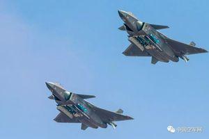 Ngạc nhiên cách máy bay J-20 Trung Quốc đối phó với F-22
