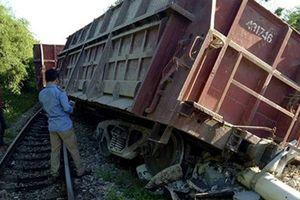 Tàu hàng trật bánh, tuyến đường sắt Bắc - Nam bị gián đoạn