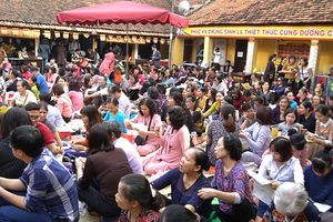Chực chờ 6 tiếng đợi lễ cầu an chùa Phúc Khánh: 'Đóng 150 nghìn là quá rẻ'