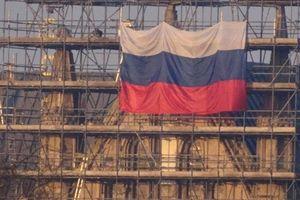 Cờ Nga bất ngờ xuất hiện ở nơi xảy ra vụ đầu độc thần kinh điệp viên Skripal