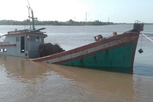 Bạc Liêu: Tàu cá bị lật do... quên nới dây neo