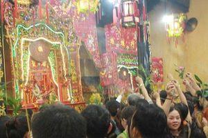 Hàng ngàn người dân tranh nhau sờ áo Thiên Hậu Thánh Mẫu để cầu may