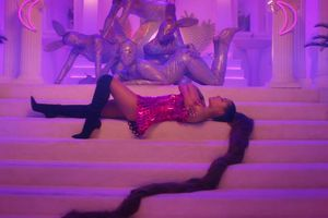 'Thank U, Next' debut #1 Billboard 200, Ariana Grande bám sát Taylor Swift!