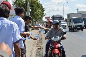 Du khách đi lễ chùa Bà Thiên Hậu ở Bình Dương được phát nước, đồ ăn miễn phí