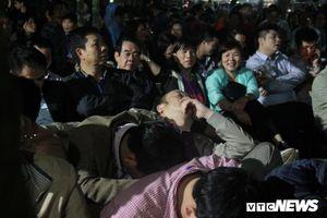 Người dân vạ vật, ngủ gục chờ xin ấn đền Trần