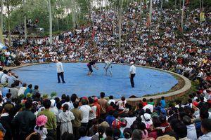 Hàng nghìn người tới theo dõi trai làng mặc quần jean đấu vật
