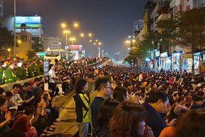 Clip: Quây rào cả đoạn phố để người dân ngồi ra đường cầu an