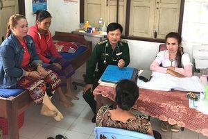 Khám, cấp thuốc miễn phí cho nhân dân nước bạn Lào