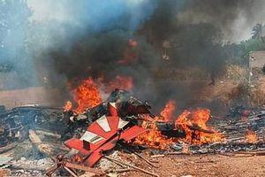 Ấn Độ: Máy bay huấn luyện đâm vào nhau trình diễn nhào lộn
