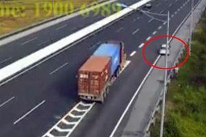 Phương tiện đi lùi trên đường cao tốc là thiếu biển chỉ dẫn đường bộ