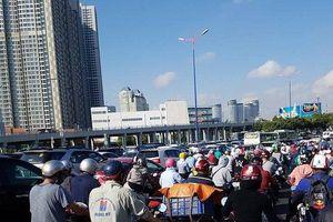 Sáng sớm, người dân TP.HCM đã phải đối diện với nắng nóng và kẹt xe