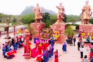 Hàng nghìn du khách thăm quan Khu di tích Bạch Đằng Giang