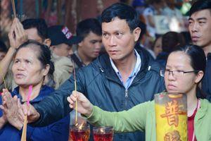Hàng ngàn người đội nắng đi lễ chùa Ngọc Hoàng rằm tháng Giêng