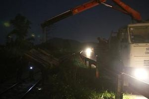 Gần 70 công nhân nỗ lực 'giải cứu' đường sắt Bắc - Nam trong đêm
