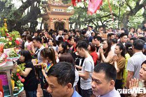 Dân Thủ đô chen nhau lễ Phủ Tây Hồ ngày Rằm tháng Giêng