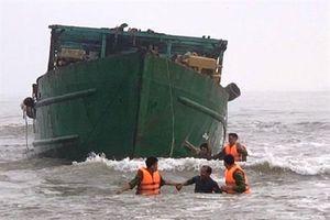 Cứu sống 4 người trên con tàu vỏ thép bị mắc cạn ngoài biển