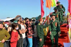 Hơn 100 thanh niên ở Quảng Ngãi viết đơn xin lên đường nhập ngũ