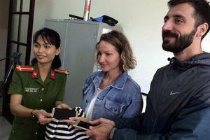 Trao trả tài sản cho 4 du khách nước ngoài