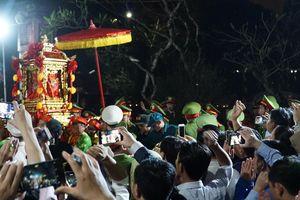 'Mưa' tiền lẻ ném vào kiệu ấn đền Trần