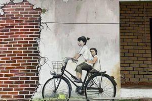Bức tranh tường nổi tiếng ở Malaysia và phiên bản ở Hà Nội khiến người xem không nhịn được cười
