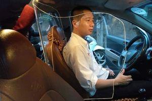 Tài xế taxi tự lắp khoang bảo vệ, cơ quan chức năng có cho phép?