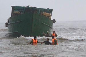 Thừa Thiên - Huế: Đưa 4 thuyền viên gặp nạn vào bờ an toàn