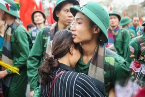 Thanh niên Hà Nội bịn rịn giây phút lên đường nhập ngũ