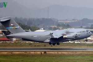 Siêu Boeing C-17 chở trực thăng của Tổng thống Mỹ đáp xuống Nội Bài