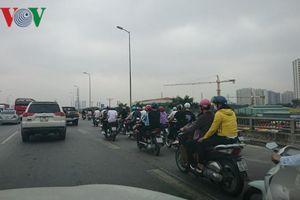 Hàng loạt thanh niên lái xe máy 'đánh võng' ở vành đai 3 trên cao